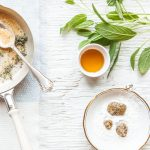 Hausmittelbuch: Bäuchleinöl und Zwiebelsocken